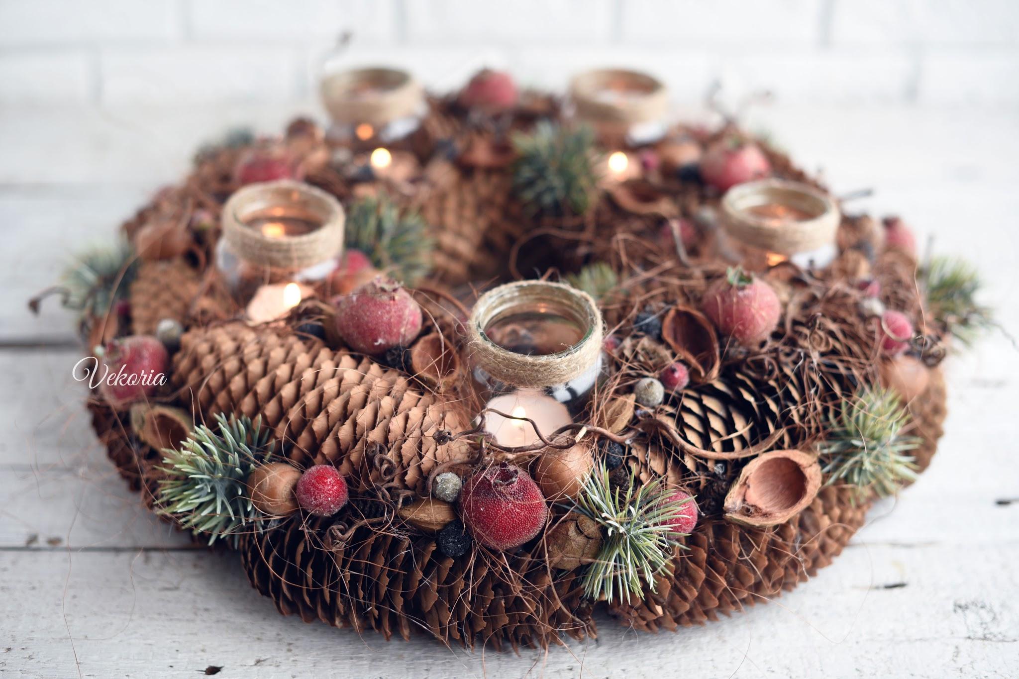Новогодняя композиция-подсвечник из шишек