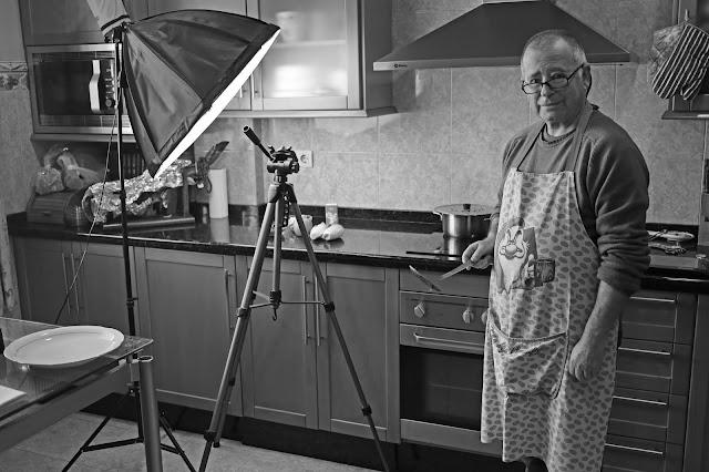 Una persona en una cocina con material de grabación