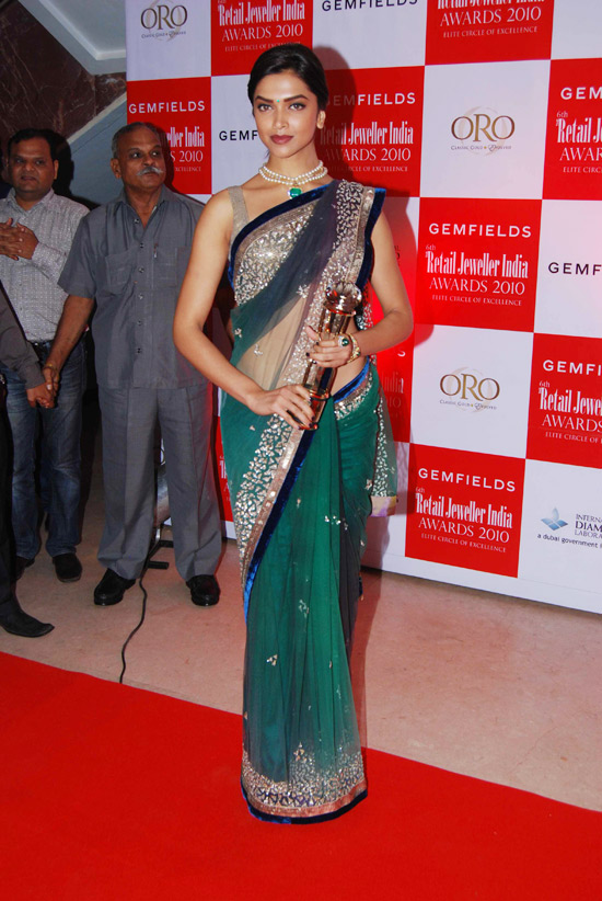 Deepika padukone sexy hip show in green saree stills ...