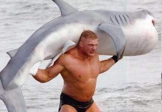 Hombre cargando tiburón