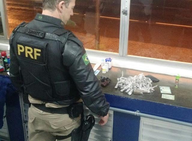 PRF flagra homem portando arma e transportando drogas em ônibus em Registro-SP