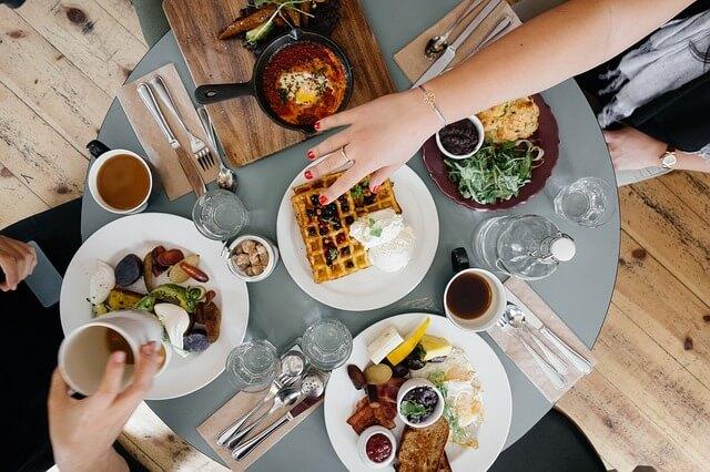الناس يأكلون أكثر عند تناول الطعام مع الأصدقاء والعائلة