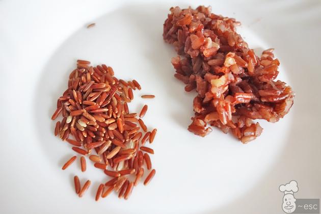 arroz rojo en grano crudo y cocido