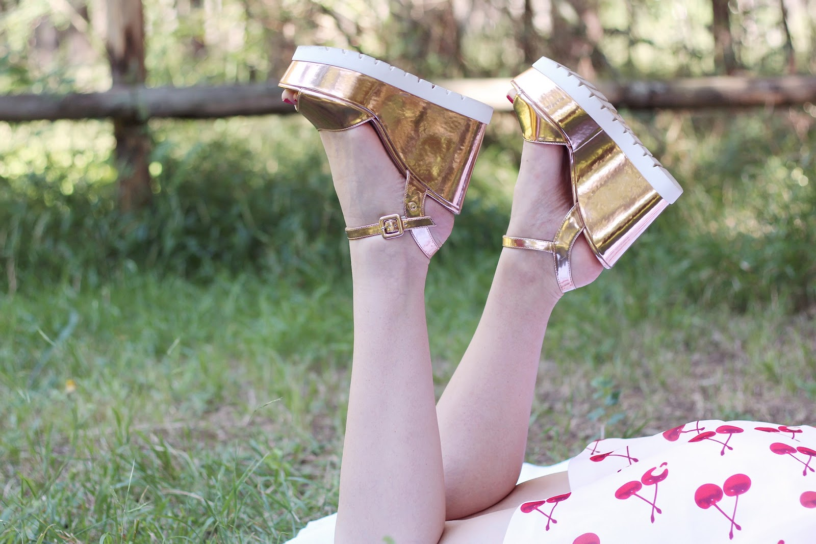 fashion style blogger outfit ootd italian girl italy trend vogue glamour pescara vestito cherry ciliegie chic wish summer estate zeppe wedge shoes metallic rose gold Tata borsa particolare cestino pic nic bag Accessorize