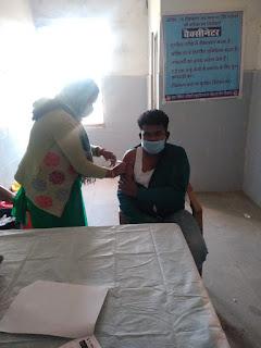 धनौरा सामुदायिक स्वास्थ्य केंद्र मैं लगाया गया कोविड-19 टीका