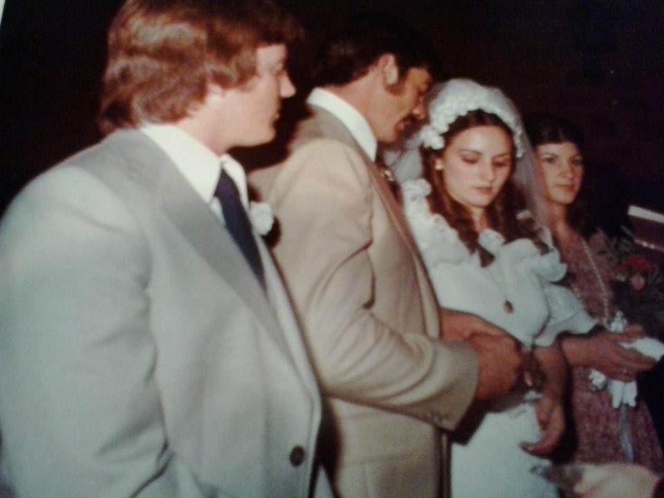 Las fotos clásicas de la boda, el párroco Don Francisco solo dejaba