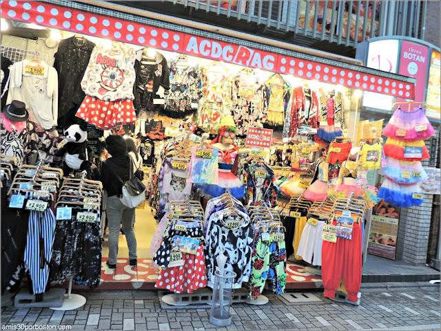 Tiendas de Moda en la Calle Takeshita en Tokio, Japón