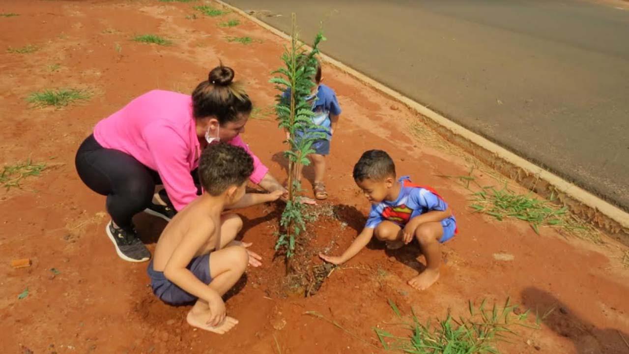 Parceria entre Prefeitura e moradores do Bem Te Vi planta mais de 70 árvores no bairro