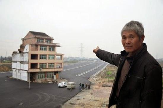 Casa no meio da estrada na China