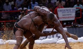 La lutte , le sport roi au Sénégal : Sport, lutte, lamb, culture, tradition, mystique, combat, boxe, frappe, mma, roi, arène, danse, modou-lo, LEUKSENEGAL, Dakar, Sénégal, Afrique