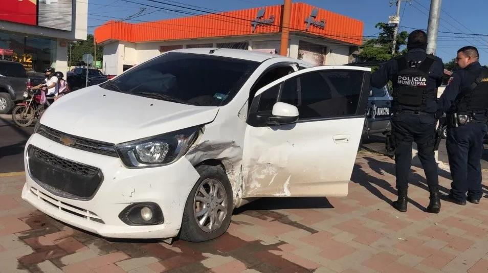 Sicarios abandonan auto tras choque en Culiacán, bajaron armados, con radios y huyeron