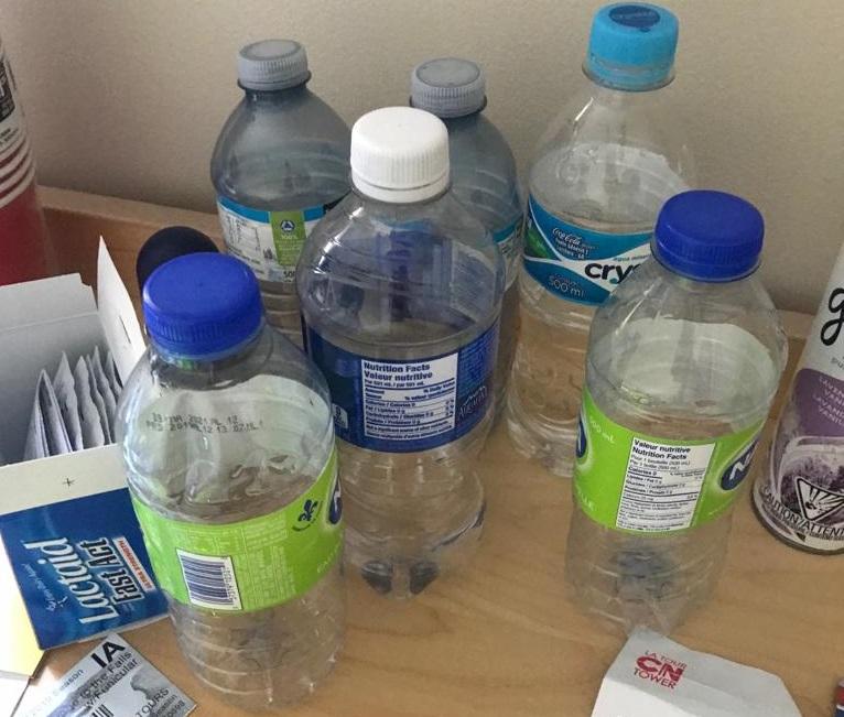 coleção de garrafas de plastico em viagens