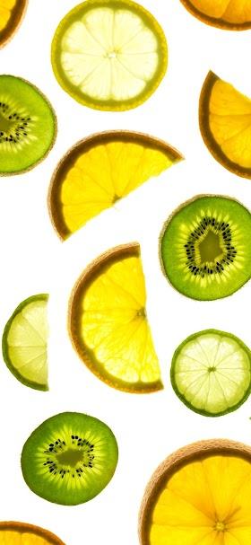 خلفية شرائح الفواكه الحمضية على سطح أبيض