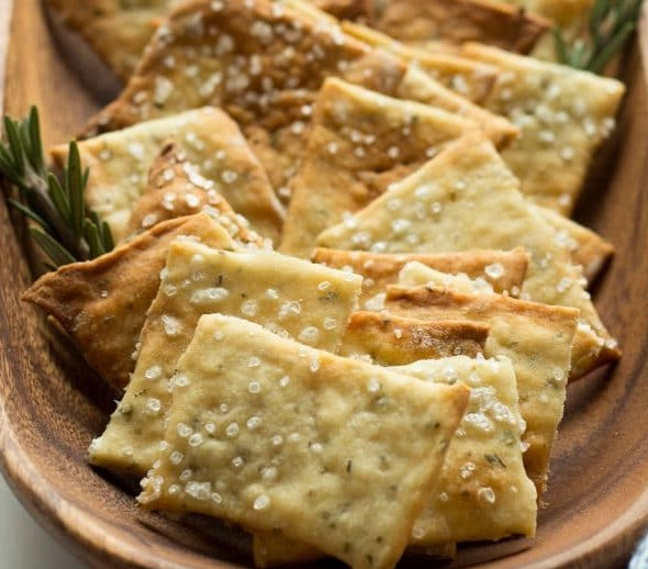 ROSEMARY SEA SALT CRACKERS AND A CHEESE PLATE #snacks #appetizers