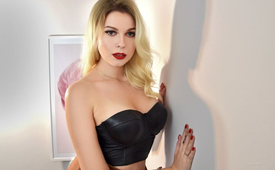 https://www.glamourcams.live/chat/AngeliNoir
