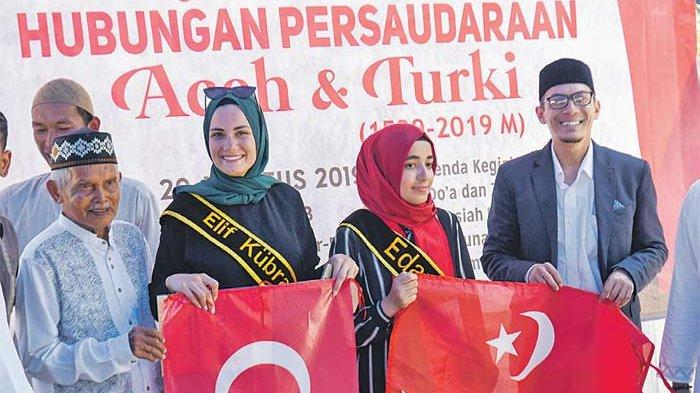 Two Turkish bloggers from Edanur Yildiz (two right) and Elif Kubra (two left) taking a group photo while attending the 480th anniversary of Aceh and Turkey's brotherly relations between Gampong Mulia, Banda Aceh   Artikel ini telah tayang di serambinews.com dengan judul 480 Years of Aceh-Turkish Brotherhood, Formerly Military Relations, Now Culture