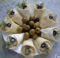 сырная закуска в виде цветовhttp://prazdnichnyymir.ru/prazdnichnyi-stol/salaty-i-zakuski/7898/zakuski-i-salaty-kally-varianty-receptov-i-idei/