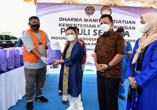 Dharma Wanita Persatuan Kementerian Perhubungan Memberikan Bantuan Paket Sembako kepada Pekerja Pelabuhan di Bintan