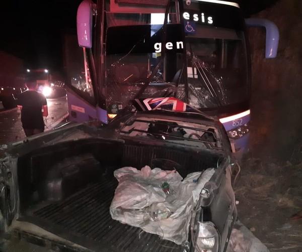 Motorista de caminhonete morre em colisão frontal com ônibus de viagem em Itapajé
