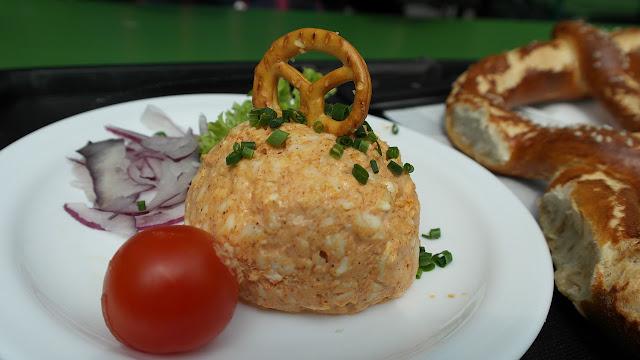 Onde comer em Munique - com dicas de moradores locais! (Obazda com pretzel)