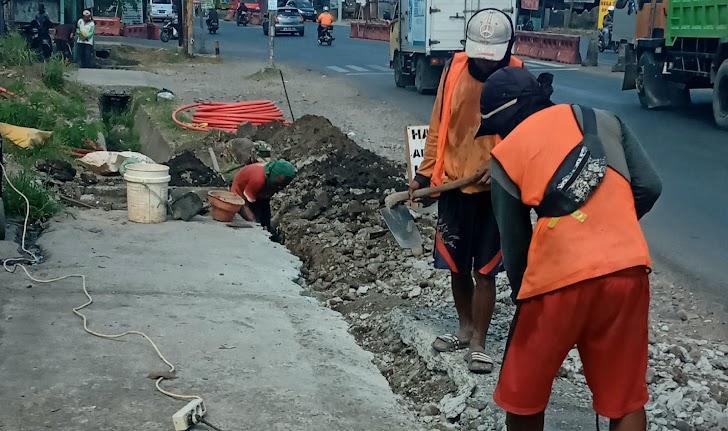 Penggalian dan Pemasangan Kabel F.O, di Makassar Kilo Meter 16
