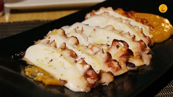 Láminas de pulpo a la parrilla con emulsión de patata y pimentón (18€) en 90 Grados Madrid