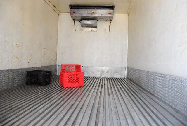 Saquearon camión de quesos y solo dejaron adentro una caja de plástico
