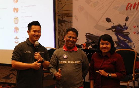 DOOR PRZE : Penulis (tengah) saat didaulat ke panggung karena mendapat hadiah Door Prize menginap di Hotel IBIS Pontianak. Foto ISTINEWA