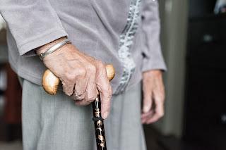 anciano con bastón,