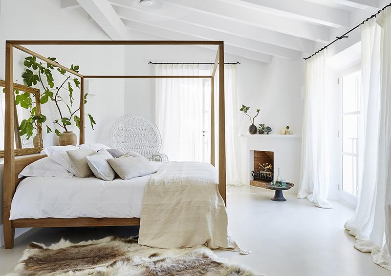 Estructura de cama de madera con dosel