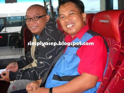 """FOTO : Saya bersama Mas Jhody """"Super Bejo"""" dalam bis menuju perut Pesawat Garuda Indonesia tujuan Denpasar-Jakarta saat itu bulan Nopember 2010.  Saya masih menyimpan foto ini.  Ini loh mas fotonya. FOTO IST"""