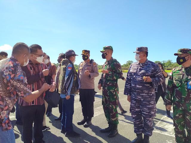 Romi Agusriansyah Ikut Jemput Kedatangan Nono Sampono di Tanimbar.lelemuku.com.jpg