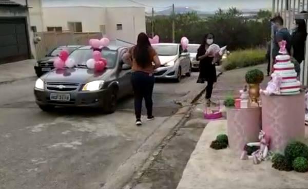 Grávida ganha chá de bebê no estilo 'drive thru' durante a quarentena em Pouso Alegre; veja os vídeos