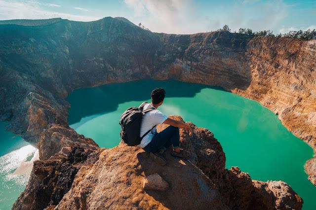 Là một ngọn núi lửa có 3 hồ tự nhiên từng là miệng núi lửa với nhiều màu sắc khác nhau. Nước của các hồ có màu đỏ, xanh lá cây hoặc xanh dương. Những màu nước này thay đổi do khói đến từ núi lửa và gây ra các phản ứng hóa học. Người dân địa phương tin rằng các hồ là nơi an nghỉ cho tổ tiên của họ. Theo truyền thống, màu nước tương ứng với tâm trạng của các linh hồn. Người ta không bao giờ có thể dự đoán màu sắc của hồ, vì đôi khi chúng thay đổi thành màu trắng và đen.
