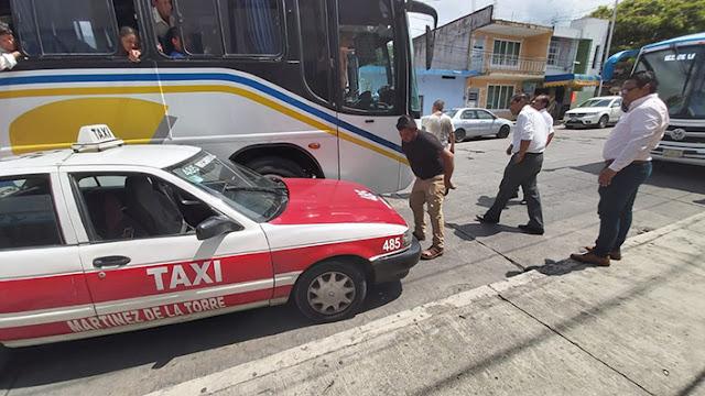Taxista causa accidente