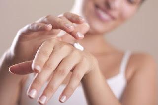 تعرفي علي الحل النهائي لعلاج تشقق وجفاف اليدين