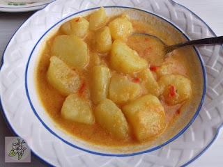 Patatas Guisadas con Majado de Almendra, Acompañado de Tofu Empanado.