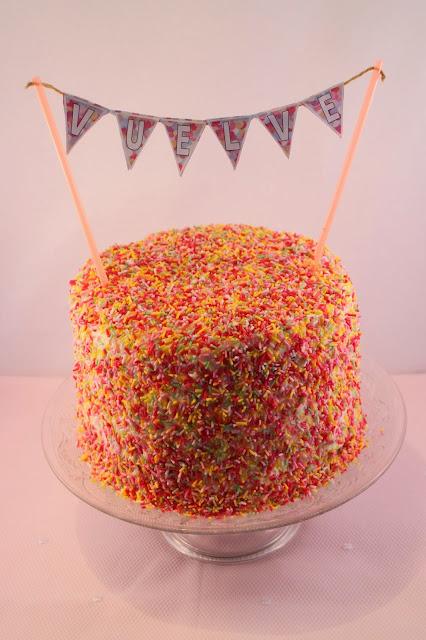 rainbow-layer-cake, tarta-arcoiris, banderines-para-tartas