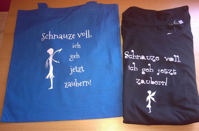 Blauer Jutebeutel und Schwarzes Shirt.