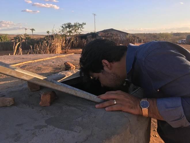Samuel Mariano vistoriando um poço artesiano