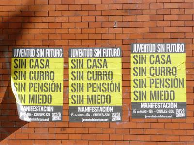 carteles anunciando la manifestación del 15-5-2011: Juventud sin futuro. Sin casa, sin curro, sin pensión, sin miedo.