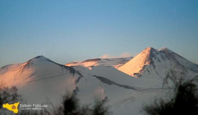 Schnee bedeckter Vulkan Ätna