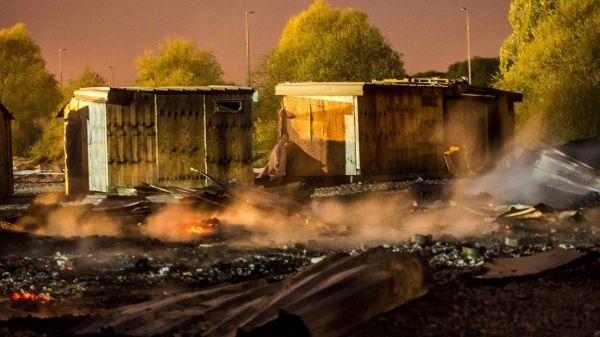 Incendio destruye campo de refugiados en el norte de Francia