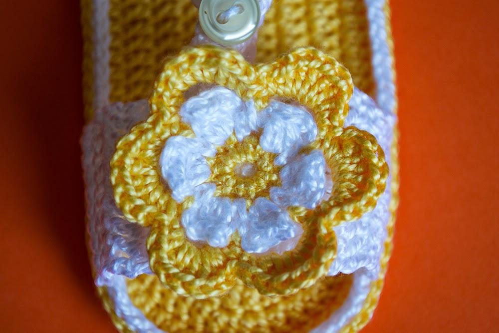 Flor amarilla sandalias de ganchillo bebé