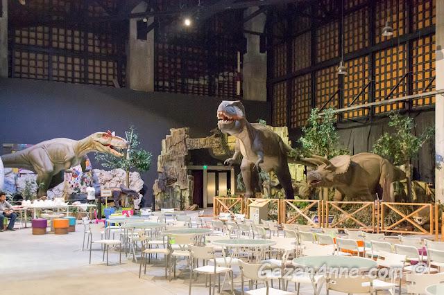 Jurassic Land'te dev dinozor maketlerinin de bulunduğu oyun ve gösteri salonu