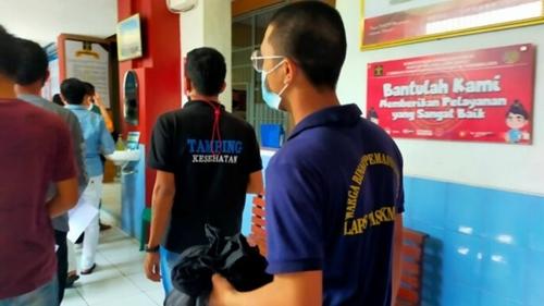 Pemilik Kedai Dipenjara karena Langgar PPKM, Netizen: Biadab! Rakyat Cari Makan Diperlakukan bak Penjahat