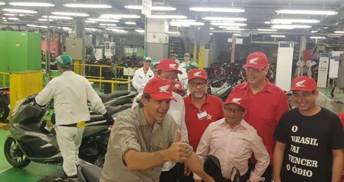 """VAIA PARA O POSTE: Em visita a fábrica da Honda em Manaus Haddad é vaiado e ouve couro """"Lula preso"""""""