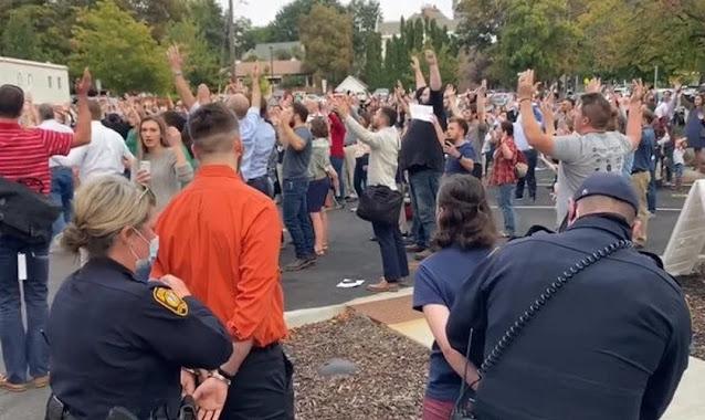 Cristãos são presos enquanto cantavam ao ar livre, nos EUA