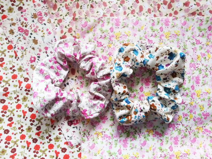 coleteros de tela con máquina de coser