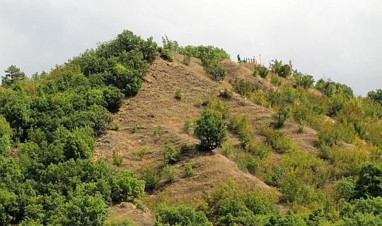 Zbliżenie na szczyt pierwszego wzniesienia.